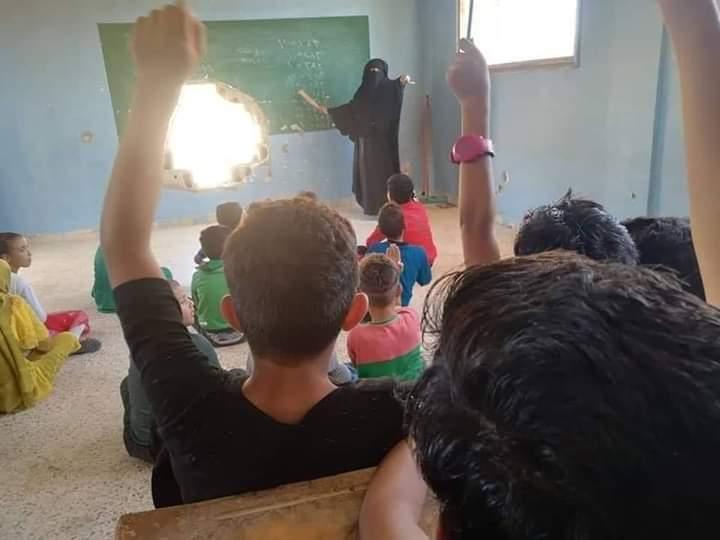 الباغوز تستقبل العام الدراسي الجديد بــ سبورةٍ مثقوبة بقذيفة هاون وصفٍ مهدوم