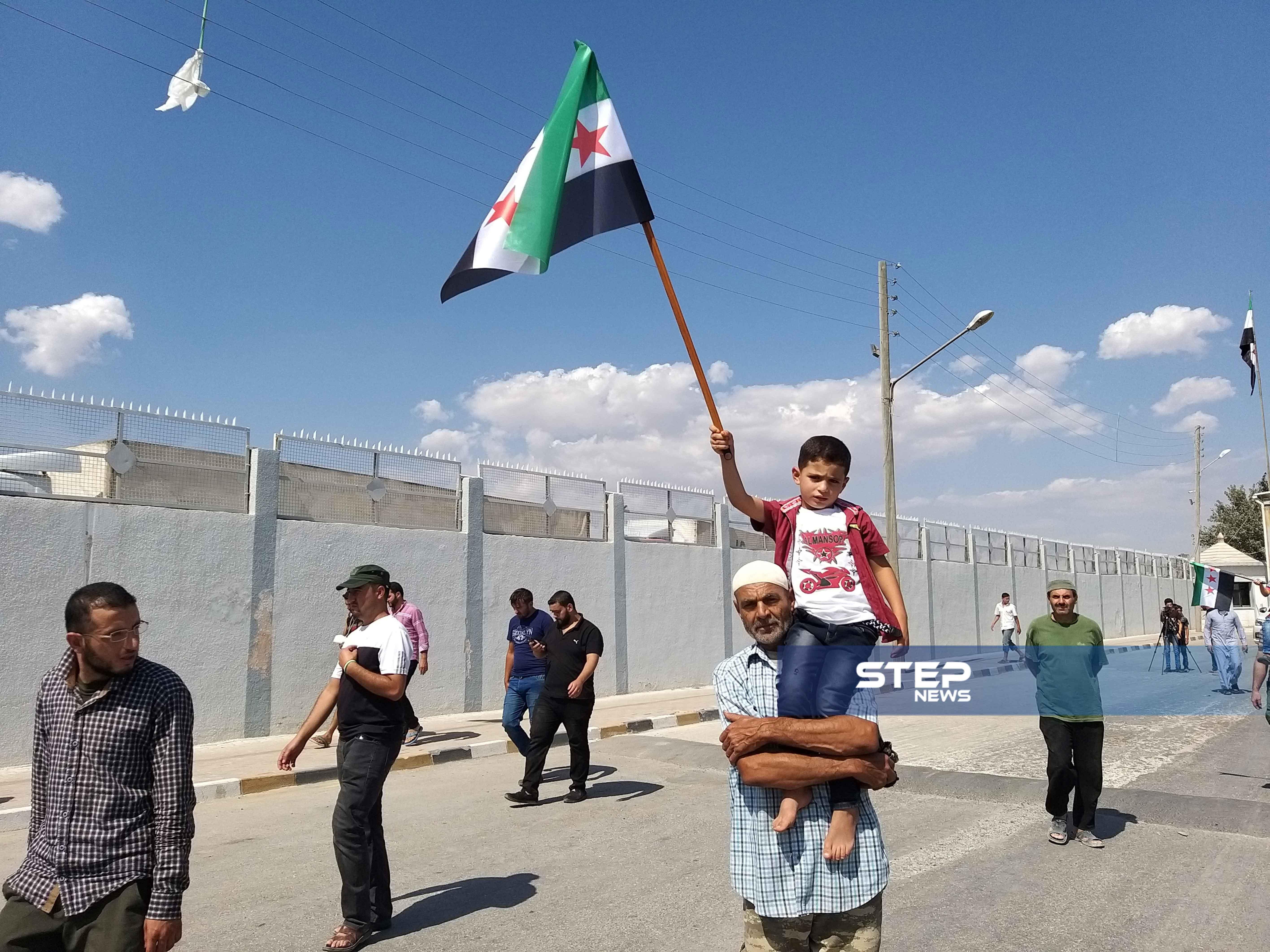 """تحت شعار """"الثورة جمعتنا ورايتها وحدتنا""""، خرجت مظاهرة في معبر باب السلامة الحدودي مع تركيا"""