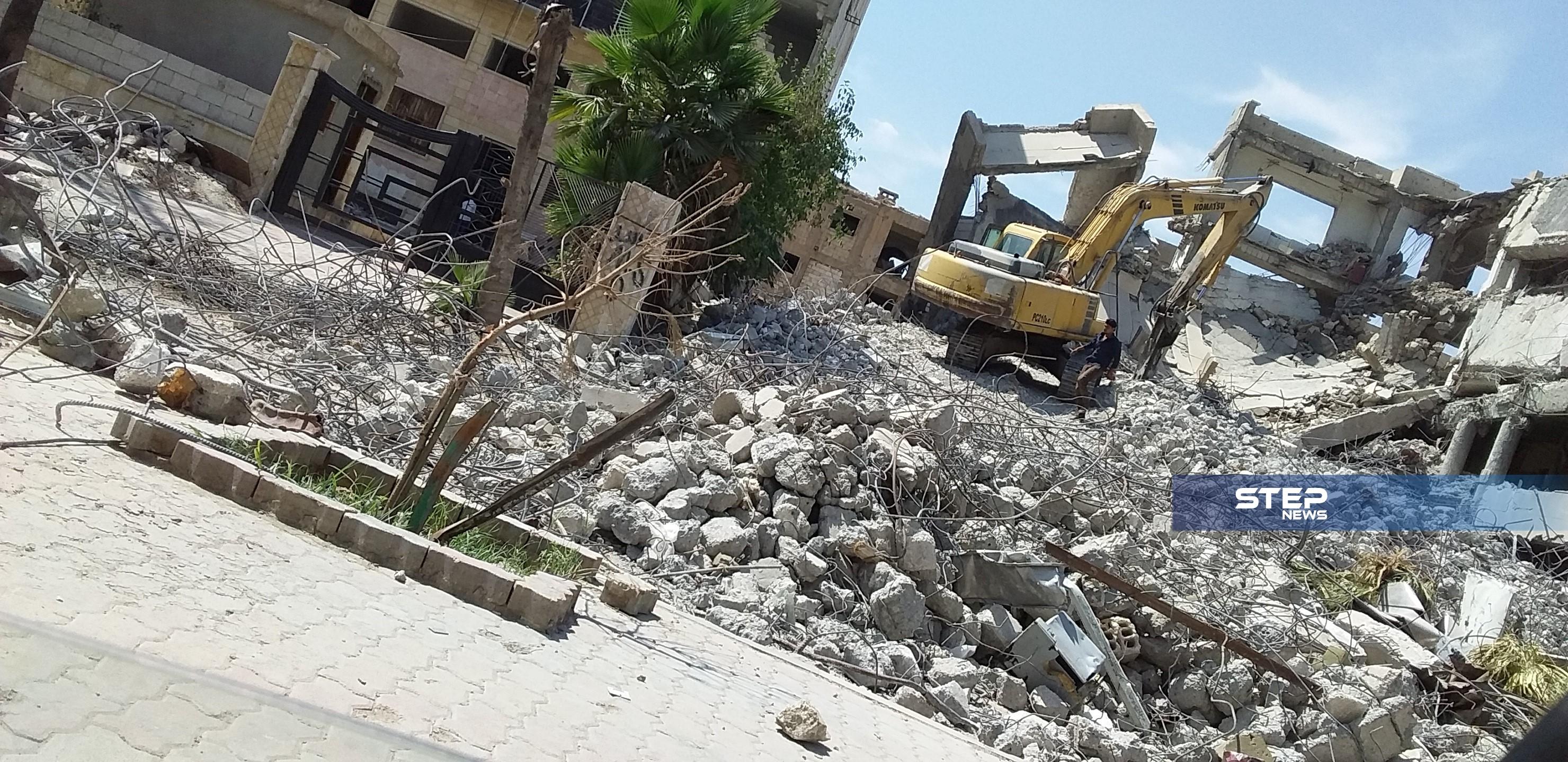 ميليشيا قسد تبدأ بإزالة الأنقاض والركام عن المباني الحكومية بمدينة الرقة بهدف سرقة الحديد