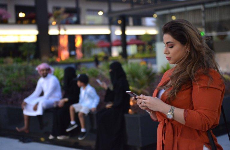 سعوديات يتجولن من دون عباءة في الرياض