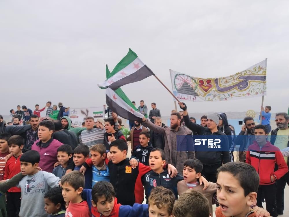 بالصور || مظاهرة بالمخيمات الحدودية مع تركيا طالبت بإسقاط النظام وإيقاف القصف على إدلب