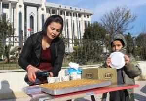 بالصور|| سيدة تركية تحتفل بطلاقها من زوجها.. وتوزع الحلويات على المارة