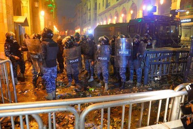 """إصابة عشرات المتظاهرين في بيروت باحتجاجات أطلقوا عليها اسم """"لن ندفع الثمن"""""""