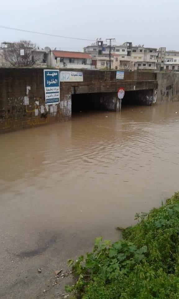 بالصور|| مياه الأمطار تغمر شوارع اللاذقية.. وحكومة النظام لا تستجيب لشكاوي المواطنين