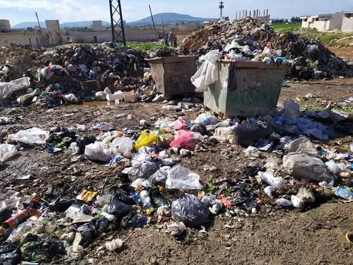 شاهد|| ضمن إجراءات الوقاية من كورونا.. النظام السوري يغرق حماة وريفها بالنفايات ومياه الصرف الصحي!