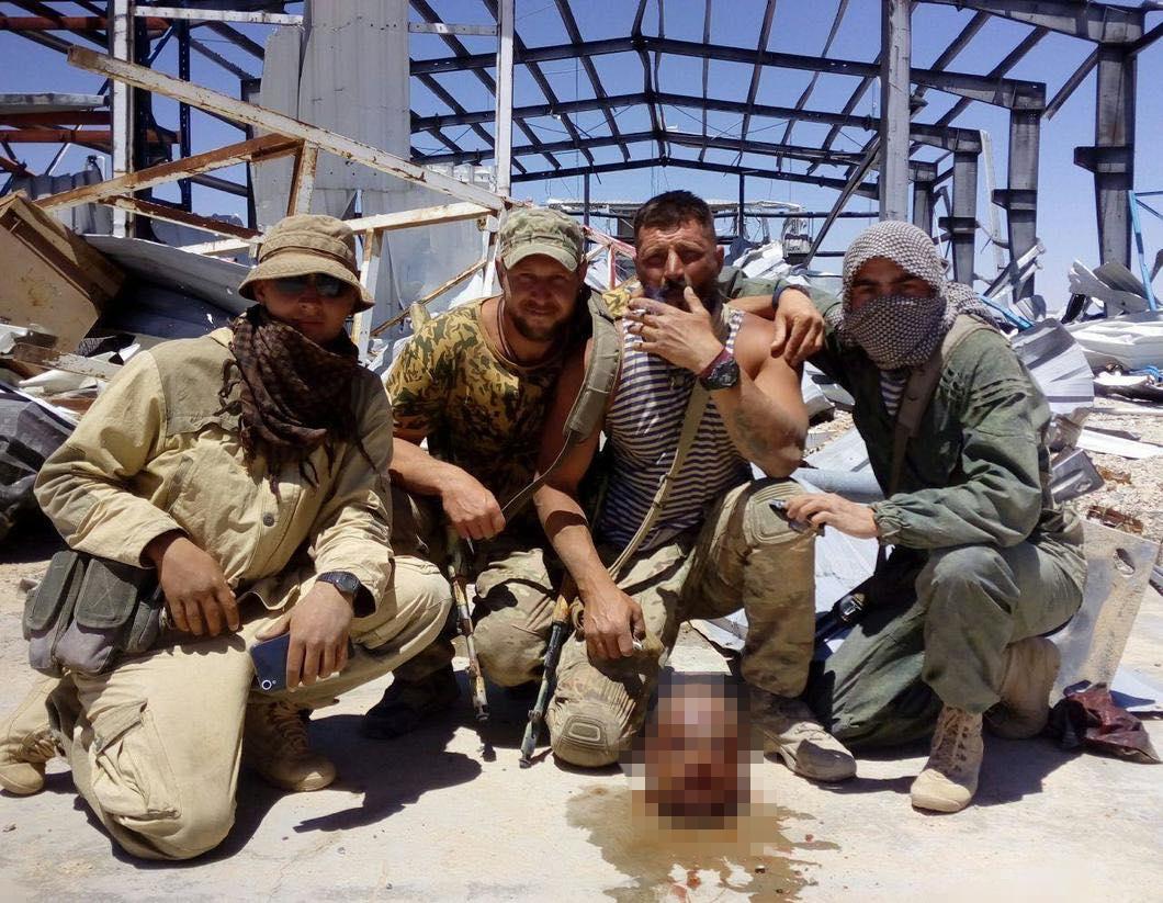 مرتزقة فاغنر الروسية يلتقطون سيلفي مع رأس بلا جسد لشاب سوري.. وصحيفة توضح