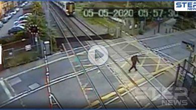 بالفيديو   ثواني قليلة فصلت بينه وبين الموت.. بريطاني ينجو بأعجوبة من عجلات قطار سريع