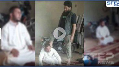 مقاتل سابق بتحرير الشام يدوس رأس إمام مسجد بمنزله.. تفاصيل الحادثة التي هزّت إدلب (فيديو)