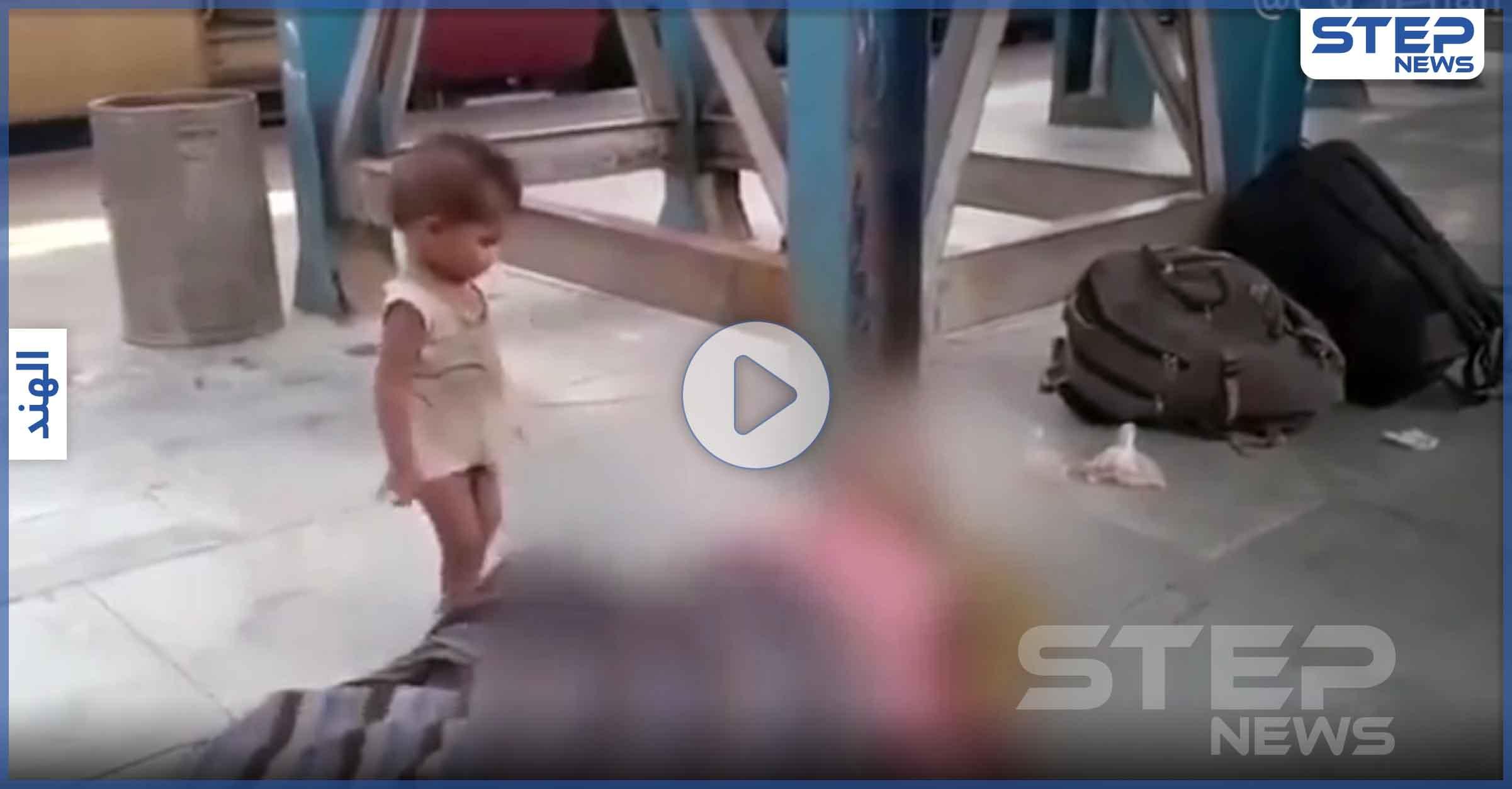بالفيديو   طفل صغير يداعب أمه التي ماتت من الجوع ويحاول إيقاظها لإطعامه