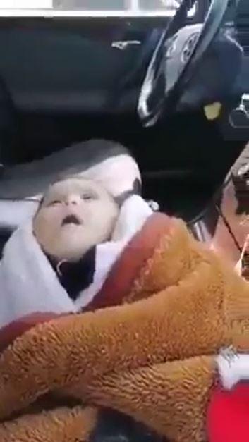 بالفيديو   أب ينهار خلال اللحظات الأخيرة لوفاة طفلته بسبب حظر التجوال تثير الرأي العام في الأردن