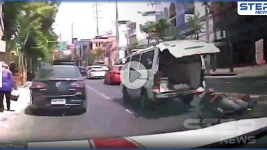 بالفيديو|| مريض يسقط من داخل سيارة إسعاف وسط شارع مزدحم.. وهذا ما حدث له