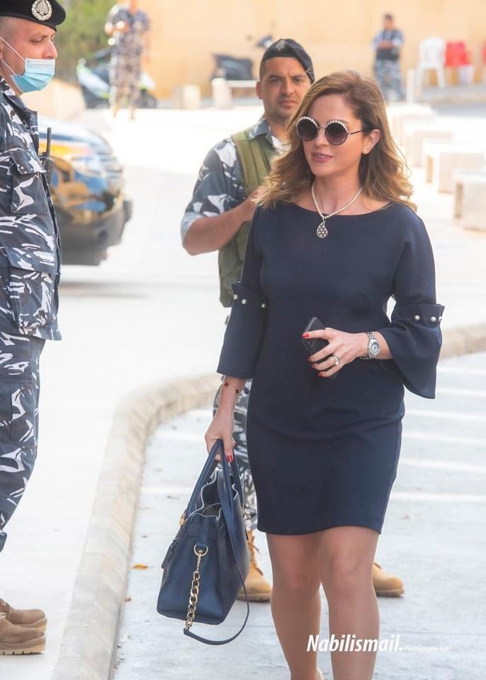 """""""أكلوها بعيونهم"""".. نظرات رجال الأمن لجسد وزيرة الإعلام اللبنانية تثير ضجة على التواصل الاجتماعي"""