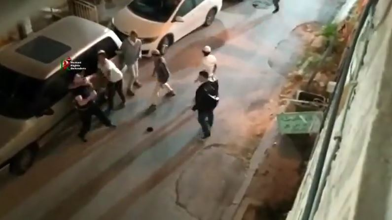بالفيديو|| شاب فلسطيني لوحده يواجه أكثر من 15 إسرائيلي بينهم مسلح