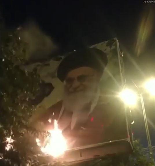 إيرانيون يحرقون صور خامنئي احتجاجاً على الظلم والفساد.. ومسؤولو نظامه يهتفون ضد أمريكا (فيديو)