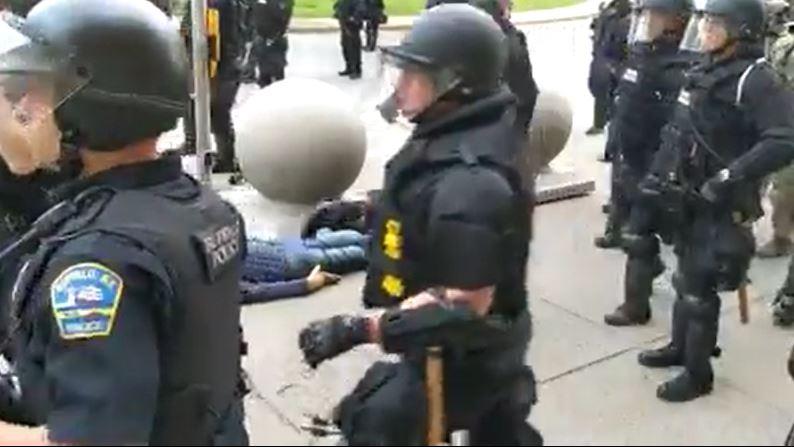 بالفيديو|| بعد جورج فلويد .. الشرطة الأمريكية تعتدي على مسن أبيض وتتركه بدمائه دون إسعافه!