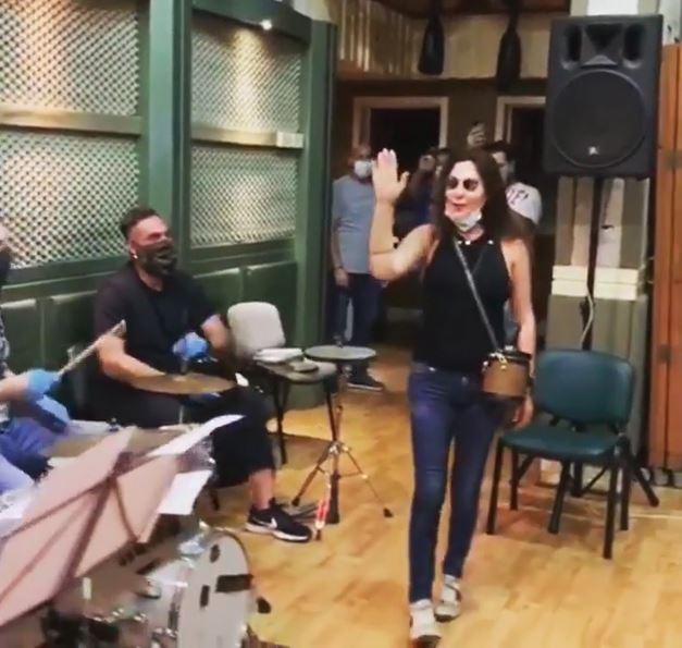 بالفيديو|| وصلة رقص لـ إليسا بالكمامة معلنةً العودة للغناء.. وتويتر يشتعل رفضاً لها