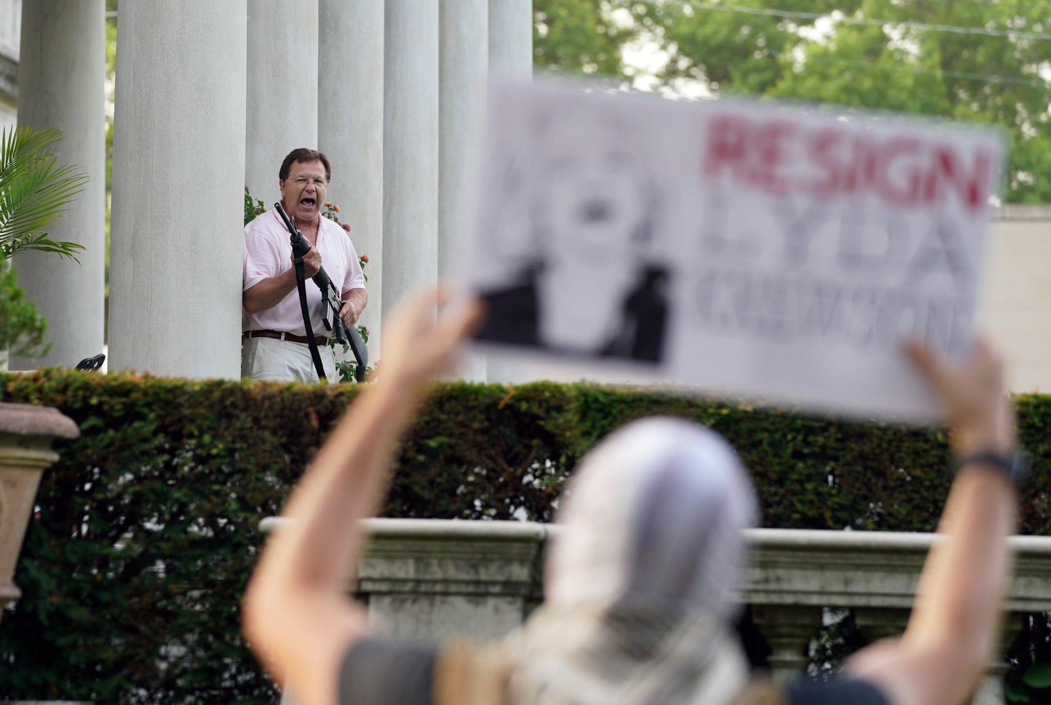 """بالفيديو   شبيحة أمريكا.. رجل وامرأة """"أبيضان"""" يهددان المتظاهرين بالسلاح"""