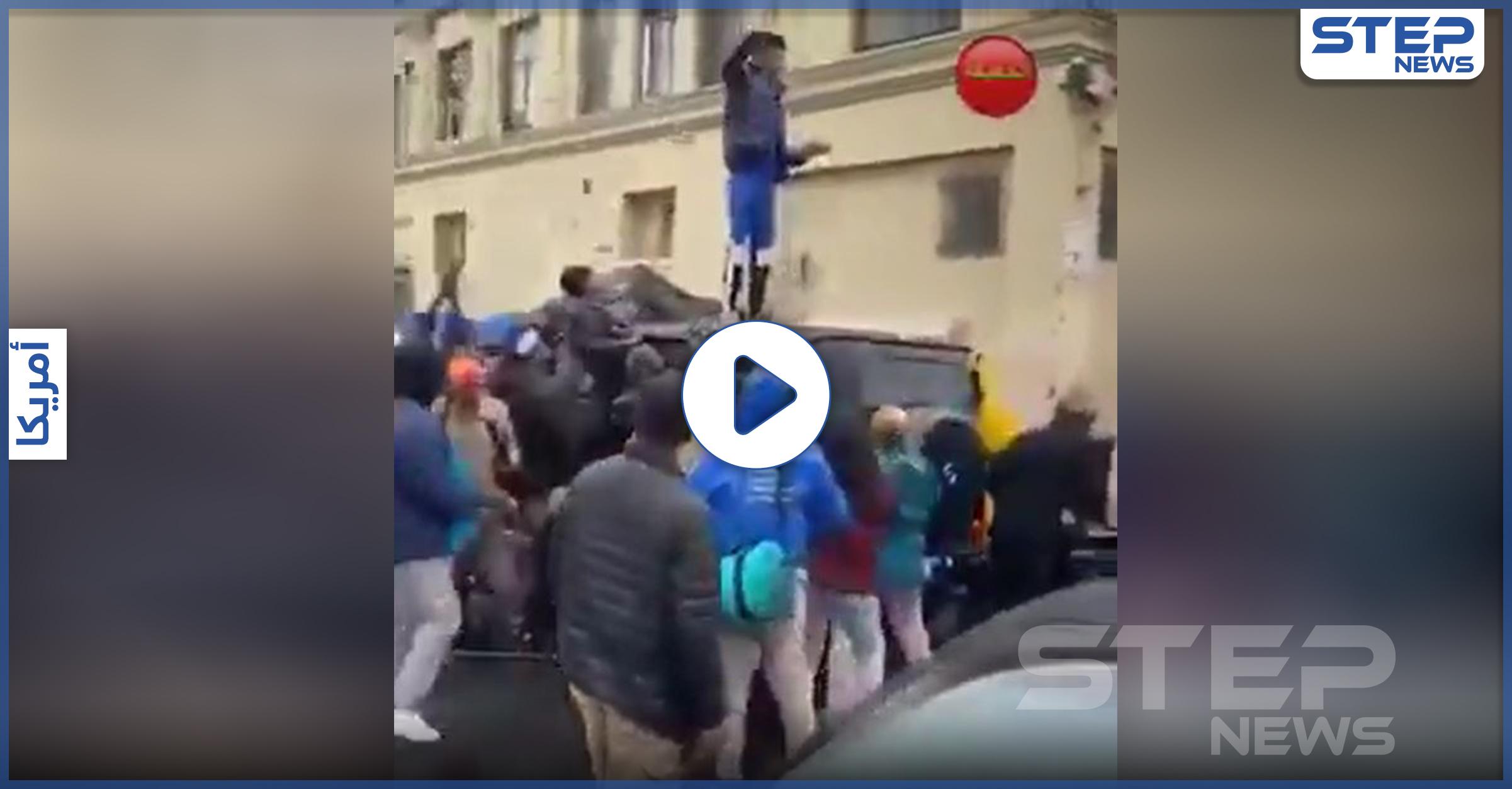 بالفيديو   على طريقة روبن هود .. متظاهر أمريكي سرق مصرفًا ووزّع المال بالهواء على المتظاهرين