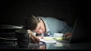 8 دراسات تكشف أن الإجهاد بالعمل يسبب السُمنة وتطرح حلولاً لتفادي النعاس خلاله