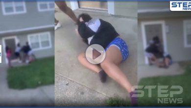 بالفيديو|| مجموعة مراهقين يضربون امرأة حامل وابنتها الصغيرة بركلات قوية في الرأس