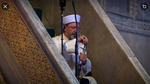 """خطيب """"آيا صوفيا"""" يحمل سيفاً بأول صلاة متبعاً طريقة عثمانية لها دلائل ورسائل هامة"""