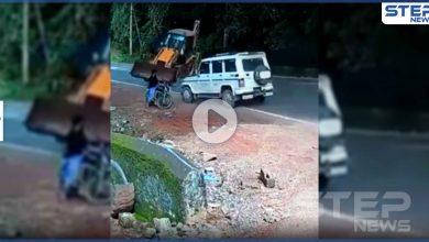 بالفيديو|| رجل هندي ينجو بأعجوبة قبل ثواني من صدمه بجرافة ضخمة على طريق عام