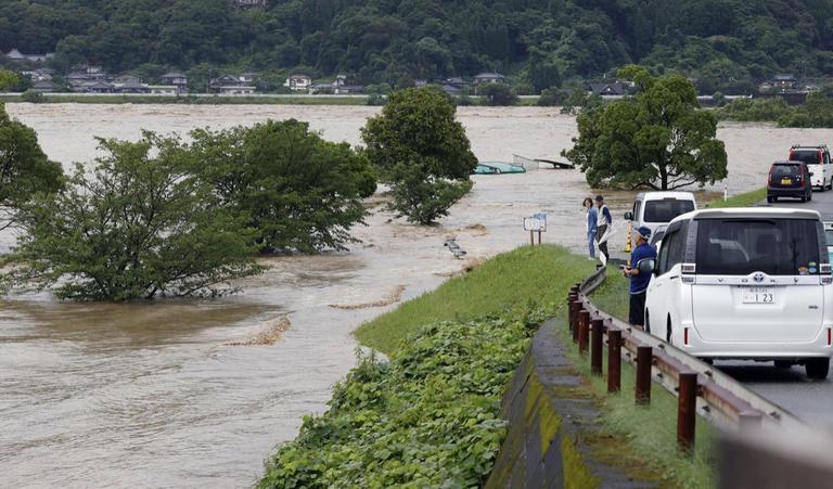 بالفيديو   أمطار تتسبب بكوارث وعشرات القتلى في اليابان.. والجيش ينتشر بالشوارع