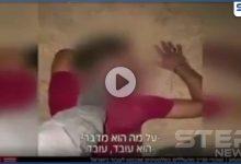 بالفيديو|| جندي إسرائيلي يدوس على رأسي عمال فلسطينيين ويهينهم