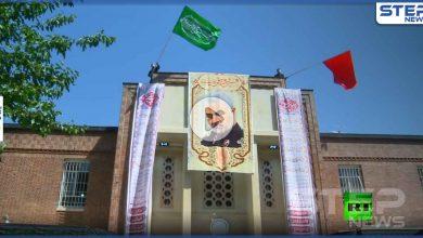 بالفيديو|| إيران تصعد.. وترفع راية الحسين على مقر السفارة الأمريكية وسط طهران