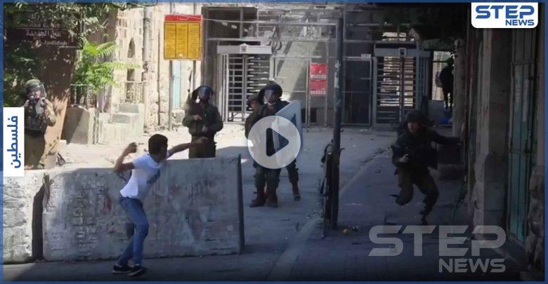 بالفيديو|| شاب فلسطيني يهاجم بالحجر وحده 8 جنود إسرائيليين مسلحين في الخليل