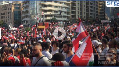بالفيديو|| ميليشيا حزب الله تطلق النار على متظاهرين لبنانيين يحملون مصاباً في ساحة الشهداء