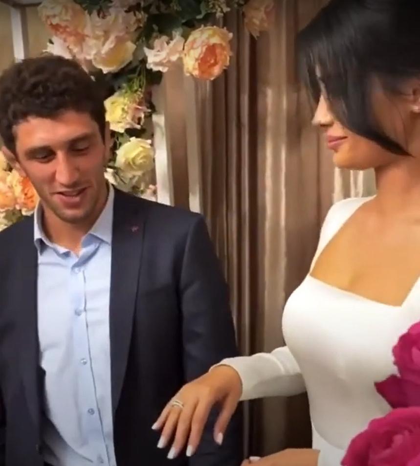 """مصارع روسي يطرد عروسته ليلة زفافهم بسبب فيديو وصور """"فاضحة"""" وصلت له وللحضور (فيديو وصور)"""