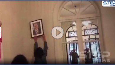 بالفيديو|| لحظة اقتحام القنصلية اللبنانية في باريس وتحطيم صورة عون فيها