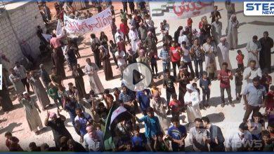 مظاهرات شمال مدينة إدلب تطالب بإسقاط النظام السوري والتأكيد على مطالب الثورة السورية
