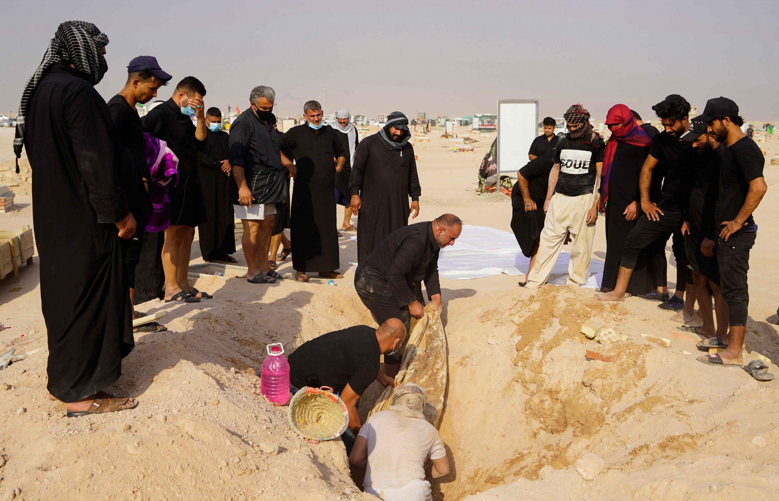 شاهد || مئات العراقيين ينقلون جثث ذويهم من مقبرة كورونا إلى مقابر عائلية