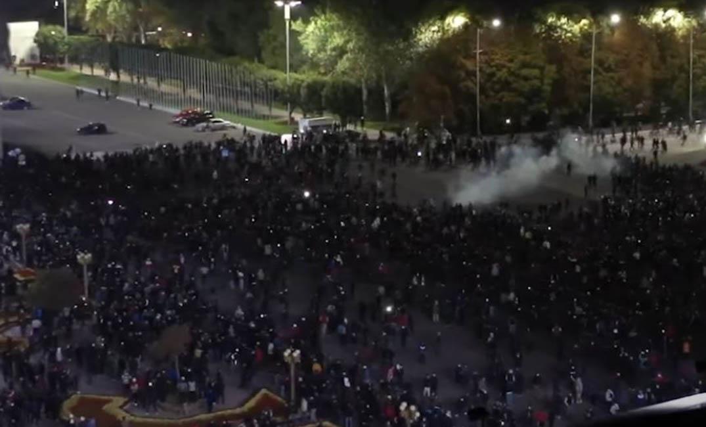 بالفيديو|| قتلى ومئات الجرحى في قرغيزستان.. ومحتجون يقتحمون مبنى البيت الأبيض في العاصمة