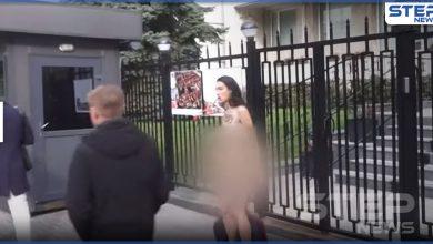 ضد قانون الإجهاض.. ناشطة تتعرى أمام سفارة بولندا في كييف