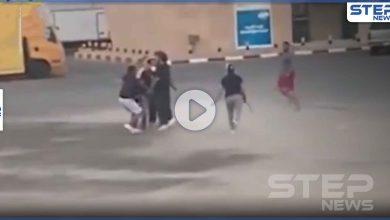 بالفيديو|| مشاجرة بالسيوف في الكويت بمنطقة خالية.. ودهس بالسيارات