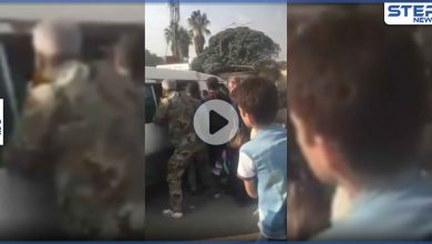 بالفيديو|| مقاتلان بقوات النظام السوري يعتديان بالضرب على مريض وسط حافلة بدمشق وزوجته تستغيث