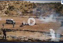 بالفيديو|| الجيش الإسرائيلي يستهدف المصلين بشكل مباشر ويقطع الطريق إلى نابلس