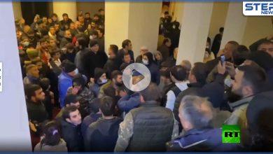 بالفيديو|| متظاهرون يهاجمون رئيس البرلمان الأرمني بالضرب احتجاجاً على اتفاق السلام مع أذربيجان