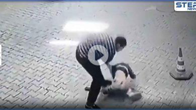 بالفيديو|| لأنه طلب شرب الماء.. رجل تركي يضرب طفلاً بوحشية ويرميه أرضاً وسط شوارع أورفا