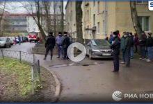 بالفيديو|| أب روسي مسلح بفأس يحتجز أطفاله الستة كرهائن.. ويهدد بقتلهم