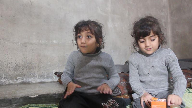 ذاكرتهما القوية قيّدها المرض والفقر.. رؤى ورؤية تحلمان بالمشي والانضمام للمدرسة (فيديو)