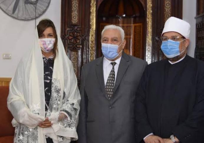 شاهد|| وزيرة مسيحية تحضر افتتاح مساجد في مصر وخطبة الجمعة
