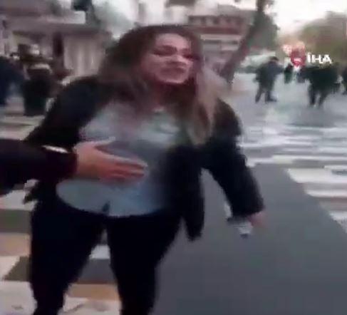 بالفيديو  مشاجرة ومشادة كلامية حادة بين فتاة تركية وعناصر الشرطة بأحد شوارع مدينة قهرمان مرعش