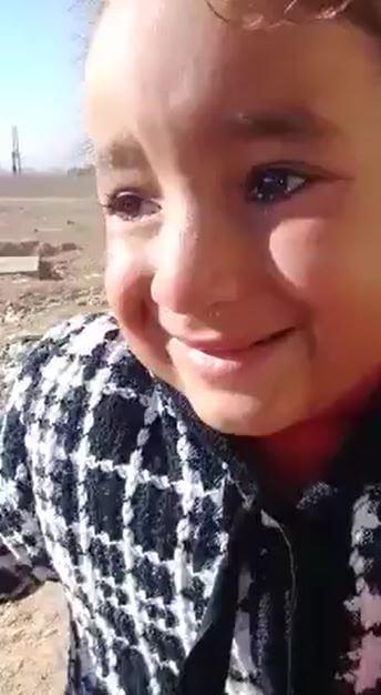 """بالفيديو   """"أيدي توجعني من البرد""""... طفلة سورية تبكي برد الشتاء في أغنى مناطق سوريا بالنفط"""