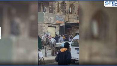 بالفيديو|| بسبب الفراغ بحياته.. رجل يلقي الأموال من شرفة منزله في مصر والشرطة تفرّق المارّة