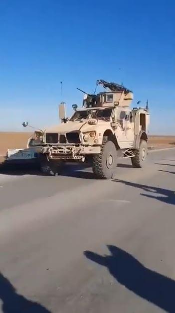 بالفيديو   القوات الروسية تستقدم تعزيزات عسكرية ضخمة إلى مطار القامشلي.. وشبّان أكراد يرشقون مدرعات أمريكية بالحجارة