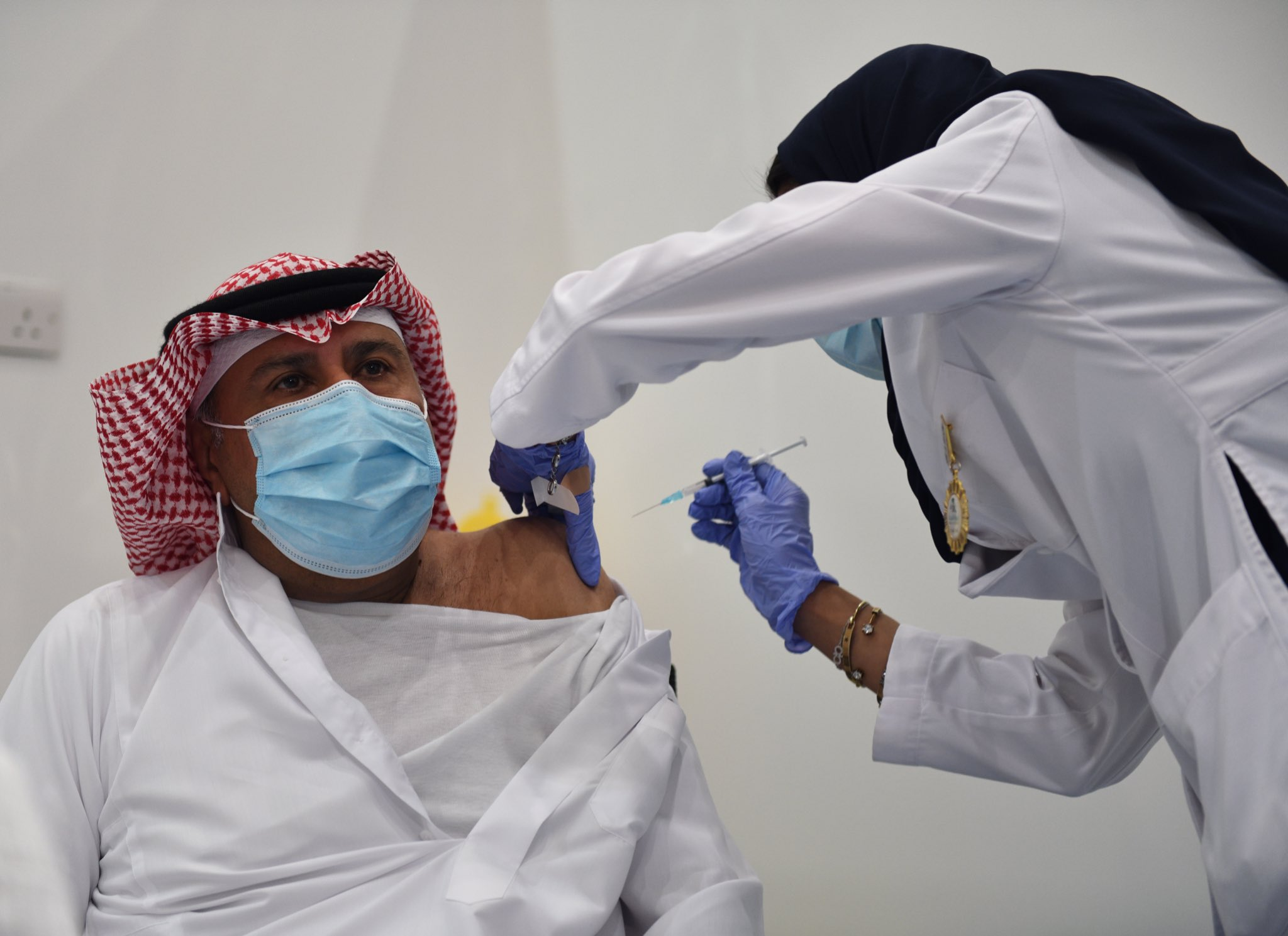 السعودية تبدأ حملة التطعيم ضد كورونا.. شاهد ردة فعل أول سيدة تلقت اللقاح